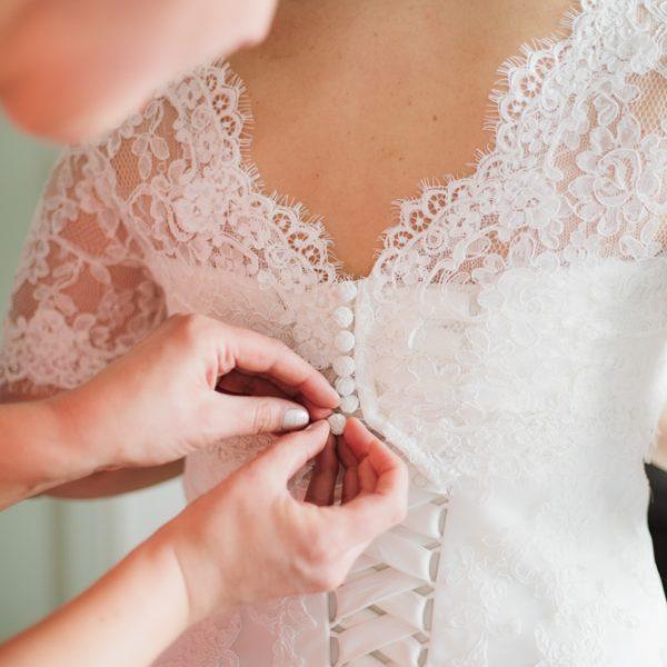Brautkleid-zuknöpfen