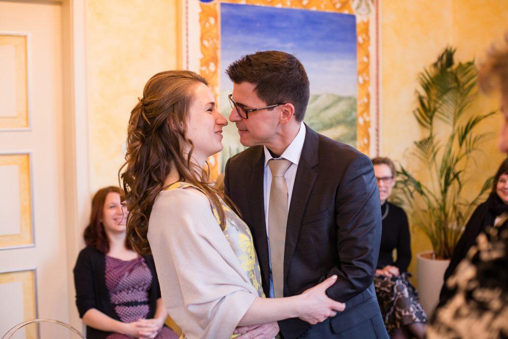 Kuss-bei-der-Hochzeit