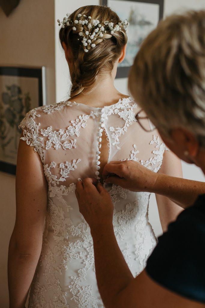 Kleid-zuknöpfen