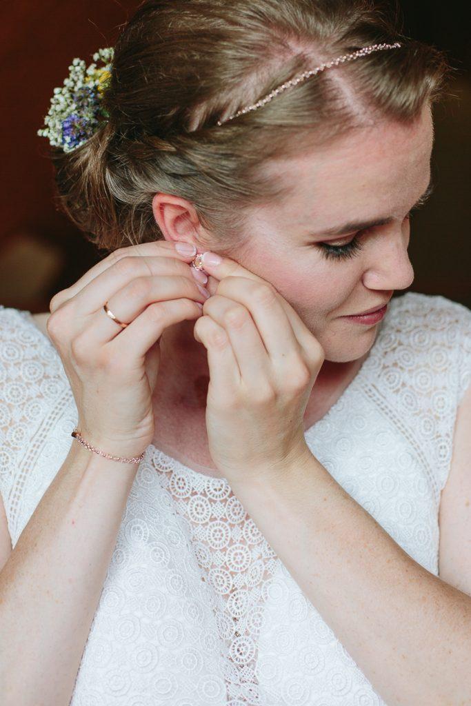 Ohrringe-anziehen